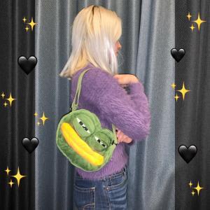 カエルのぺぺの鞄を買った女