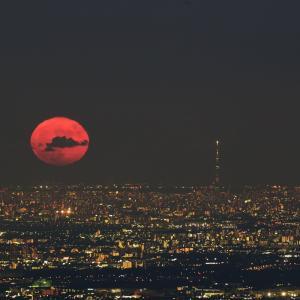 真っ赤な満月とスカイツリーのコラボレーション(2021/07/24撮影)