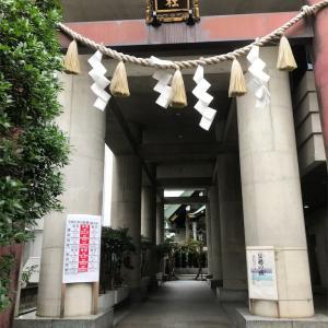 勝守りで有名なビルの谷間の築土神社。