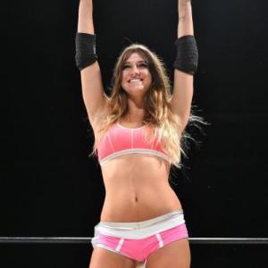 【朗報】女子プロレスの試合中、選手のブラのホックが外れるというハプニングwwwwww【画像】