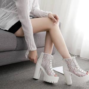 【画像】女さん、透け透けで丸見えのとんでもないブーツを履いてしまうwwww