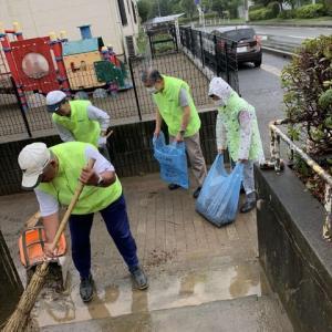 雨の中で清掃活動に励む   再開した元気村定例村会の後で