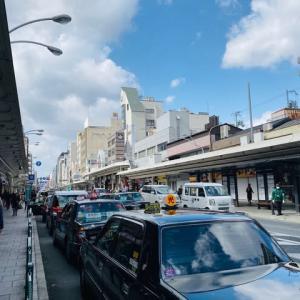四条通りにできた長いタクシーの列