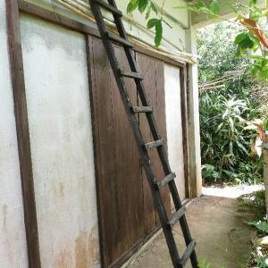 木製の梯子と防腐剤