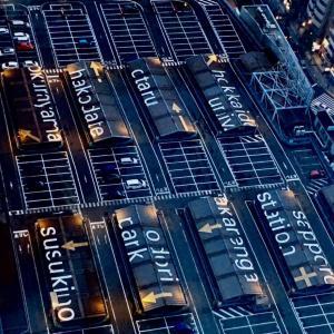 札幌駅の屋上に見える文字はアート作品「direction(方向)」