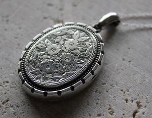 英国 ヴィクトリアン・エドワーディアン ロマンティック モノグラム手彫り シルバーロケットペンダントネックレス
