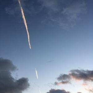 朝日に輝く飛行機雲