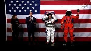 "【CNN】    10月16日14:56分、""""米NASA、新しい宇宙服を発表 「アルテミス計画」で着用"""""