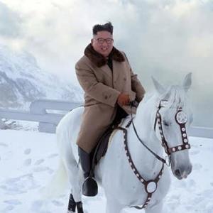 "【CNN】    10月16日16:07分、""""金正恩委員長、白馬で白頭山に登頂 北朝鮮メディアが写真公開"""""