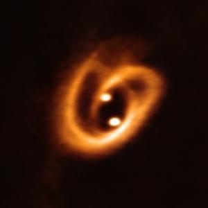 """【国立天文台】 10月18日、""""""""プレッツェルのような双子星の「へその緒」"""""""""""