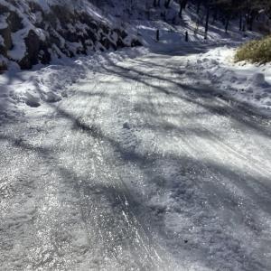 冬の散歩道 ここはまだこんな状態です。
