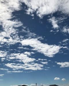 天空に浮かぶカタカナ???がある