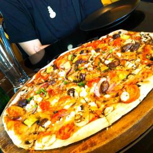 ネルソン「Pizzeria Bella」15インチの大きすぎるピザを食べてみた!