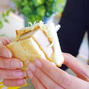 飲み込むようにサンドイッチを貪った日