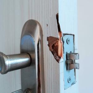 寝室の扉 修理しても、また壊れた