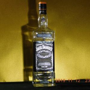 真夜中のジャックダニエルの空瓶