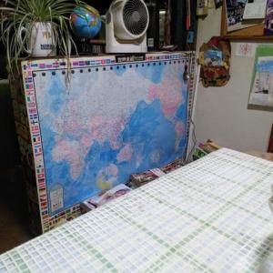 子の教育で地図を貼っている。