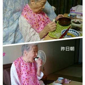 座る場所でこんなにも違う母の食べ方