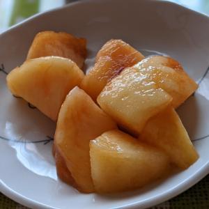 お預けされた桃を嬉しそうに食べる母