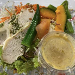 サラダチキンと緑黄色野菜のサラダ