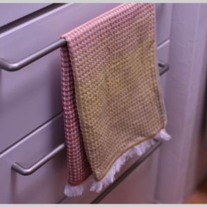 タオル掛にもなる冷蔵庫。