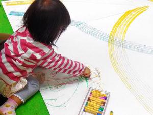 【2〜3歳児】子供がお絵描きをあまり自分でせず、私に「かいて」と言うばかりになってしまいました。このまま自分で描くことへの意欲を失くすのではないかと心配になっています…