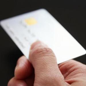 私「お会計、クレカ払いでお願いします」 店長「??クレカ払い…って?」 私(使えるって書いてるのに…?)