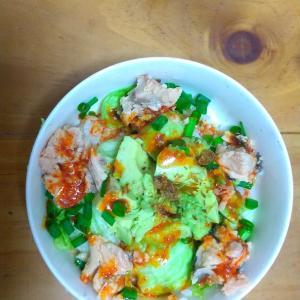 鮭とアボカドのホットもやしソース丼