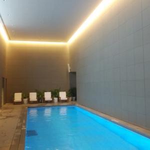 東京エディション虎ノ門:青い光が幻想的でステキな雰囲気。子連れプール
