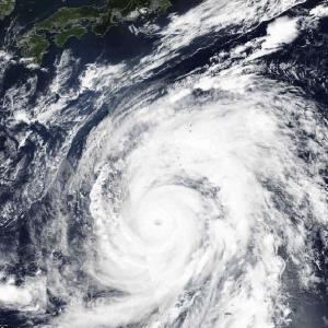 【社畜】台風でも通勤するヨドバシ従業員が悲惨過ぎるwww