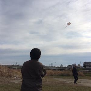 初 凧揚げ@近くの河原 と新春凧揚げ大会のお知らせ