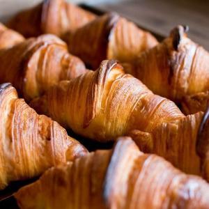本日も、好評いただいております「発酵バターのクロワッサン」「パン・オ・ショコラ」たくさん焼かせていただいております(2020.05.28)