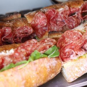 「ミラノサラミとクリームチーズのサンド」他、バゲットサンド・サンドウィッチを豊富にご用意しております(2021.07.24)