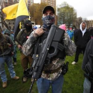 海外 米ミシガン州「武装デモ隊」が議事堂に乱入ーロックダウン解除を要求