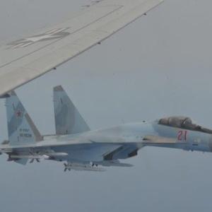 """動画あり 「F-22をスクランブルさせろ」ロシアの戦闘機が米軍機を""""挟み込む""""異常接近"""