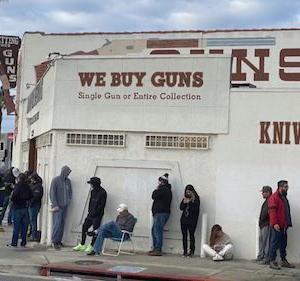 海外 アメリカ人は抗議のために銃に弾を込める