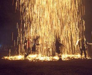 火の祭典・・・・赤松神社 吹き筒花火が夜空に舞う、嬉々と踊る若者は火の中へ・・!?