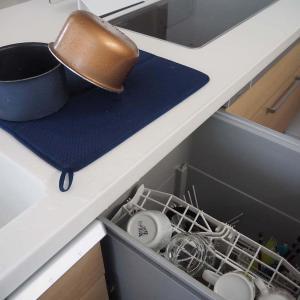 フルフラットキッチンで手洗いした食器は水切りマットが便利! ラックより清潔で見た目も◎