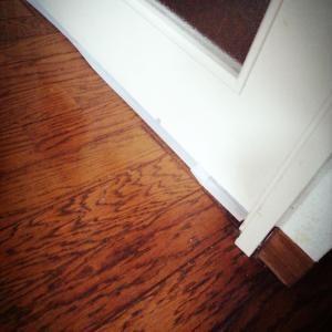 【住居】ドア下の隙間風を防ぐ!