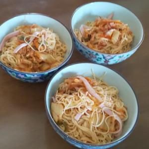 ビビン麺風のお昼とプリンのデザート。