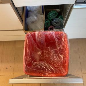 セリアのシューズケースでキッチンのゴミ箱収納を整える