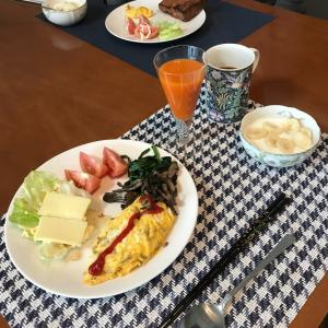 今日の朝食、三女の人参ジュース付き