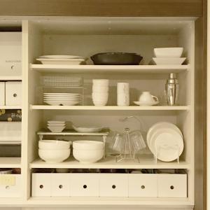 【食器棚の収納】無印良品PPファイルボックスで色をなくしてスッキリみせる方法
