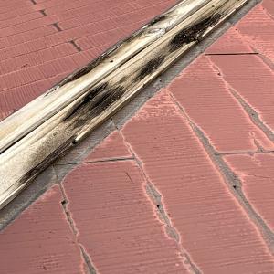 屋根の板が吹っ飛んだ(⊙⊙)‼