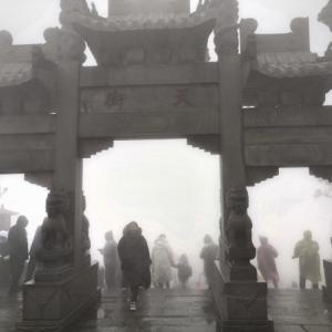 山東省週末一人旅 世界遺産「泰山」7000段の石段を登る