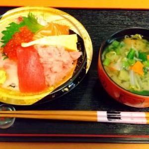昼食は海鮮丼とお味噌汁