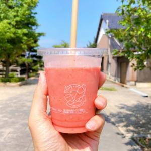 京丹後市久美浜町のカフェ「糀マルシェ」の「レッドサマースムージー」と「季節のマフィン・サレ」が美味い!