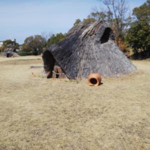 雨が侵入する住居は住居と呼べない ー 復元されたインチキ竪穴住居