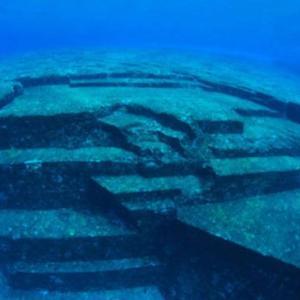 もしかして巨大海底遺跡!?