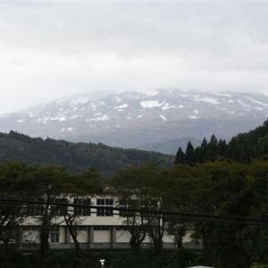 鳥海山、月山初冠雪